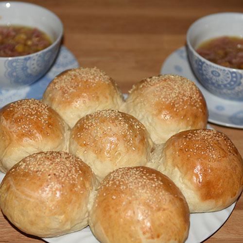 Brytebrød etter oppskrift fra Baker Brun Ingredienser: ½ pk Gjær 3 dl Vann 2 ss Olje (oliven) ½ ts Sukker 7 dl Hvetemel Egg (sammenvispet) Sesamfrø