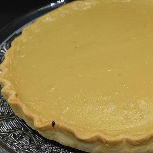 Honningpai Ingredienser: Paibunn: 5 dl Mel 180 g Margarin 3-4 ss Vann (kaldt) Fyll: 5 dl Melk 2 ½ dl Fløte 3 Egg 200 g Honning 50 g Sukker (lyst brunt) 50 g Sukker (hvitt) 3 ss Maisenna 1 ts Vaniljeekstrakt ⅛ ts Salt Tilbehør: Krem Honning