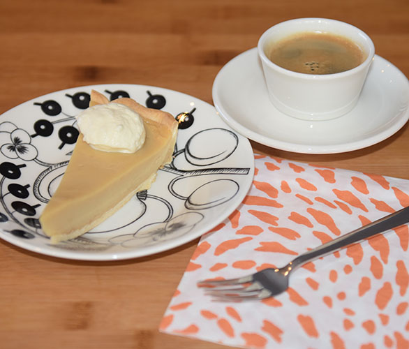 Honningpai Ingredienser: Paibunn: 5 dl Mel 180 g Margarin 3-4 ss Vann (kaldt) Fyll: 5 dl Melk 2 ½ dl Fløte 3 Egg 200 g Honning 50 g Sukker (lyst brunt) 50 g Sukker (hvitt) 3 ss Maisenna 1 ts Vaniljeekstrakt ⅛ ts Salt