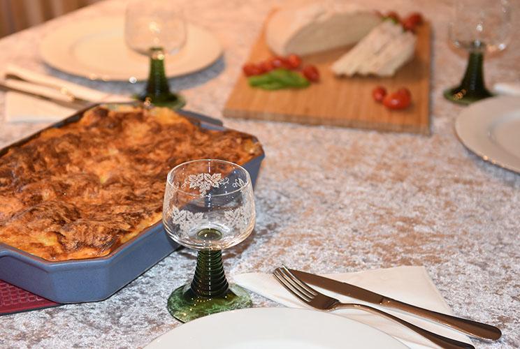 Lasagne al forno  Ingredienser:  Kjøttsaus:  2 ssOliven olje 1Løk 1Gulrot 1 stilkStangselleri 1 feddHvitløk ½ Chili (rød – uten frø)  eller (kajennepepper) 350 gKjøttdeig 50 gBacon (kan sløyfes) 2 bxHermetiske tomater 1 dlVann (eller hvitvin) 1-2Buljongterninger ½ - 1 tsSukker Bladpersille (hakket) Salt og Pepper Ostesaus: 4 ss Hvetemel  8 dl Melk  1 ts Salt  ½ ts Pepper  100-200 gOst (revet)