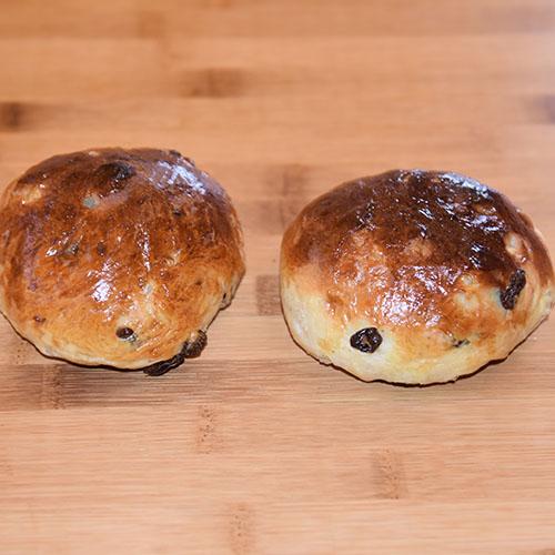 Rosinboller Ingredienser: 6 dl Melk 150 g Smør 1 pk Gjær 1 kg Hvetemel 1½ dl Sukker 250 g Rosiner 1 Egg (sammepisket)