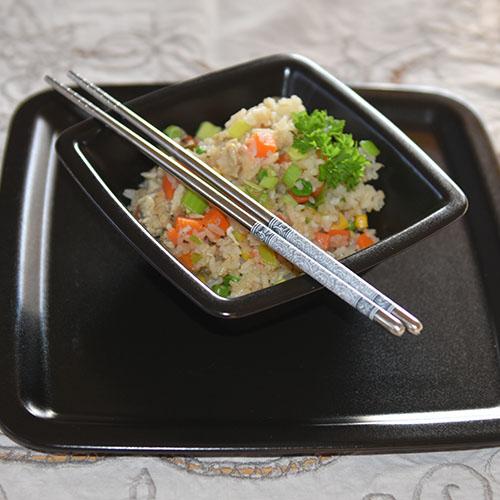 Stekt ris Ingredienser 1-2 Vårløk (½ purreløk) 2-3 Egg 1ts Salt pepper 4 ss Olje (nøytral) Am. grønnsaksblanding 1 l Ris (kokt) 1-2 ss Soyasaus Østerssaus Seasamolje