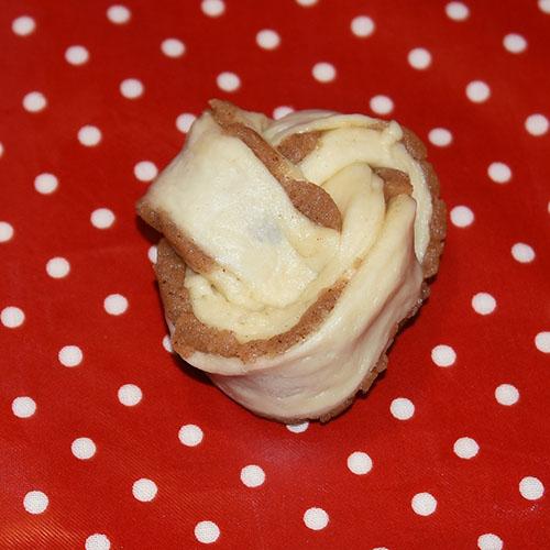 Mandelknuter etter oppskrift fra Baker Brun (2018), «Våre beste oppskrifter. 125 år med tradisjonsbakst, side 48-49» (gjengitt med tillatelse fra Baker Brun) Ingredienser: 5 dl Melk 150g Smør 1 pk Gjær 1 ½ dl Sukker 1 kg Hvetemel Mandelfyll: 200 g Mandler 3 dl Melis 4 ss Eggehviter (lettpiskede) 100 g Smør 1 dl Sukker 1 ss Kanel Topping 1 Egg 1 dl Mandelflak 1 dl Sukker