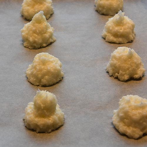 Kokosmakroner etter oppskrift fra Baker Brun (2018), «Våre beste oppskrifter. 125 år med tradisjonsbakst» (med tillatelse fra Baker Brun) Ingredienser: 4 Eggehviter (store) 2 ½ dl Sukker 6 dl Kokosmasse