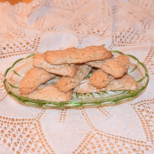 Kransekakeknekk etter oppskrift fra Baker Brun (2018), «Våre beste oppskrifter. 125 år med tradisjonsbakst, s. 102-103» (gjengitt med tillatelse fra Baker Brun) Ingredienser: 500 g Mandler (malte) 500 g melis 4 Eggehviter (store)