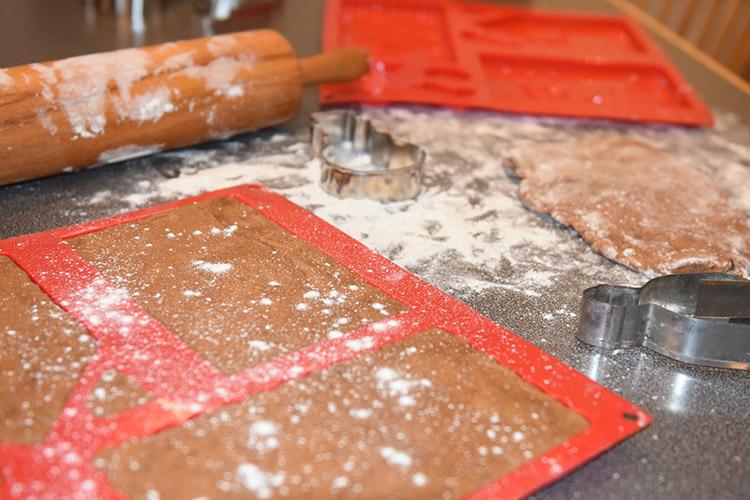 pepperkakedeig i silikonform for pepperkakehus