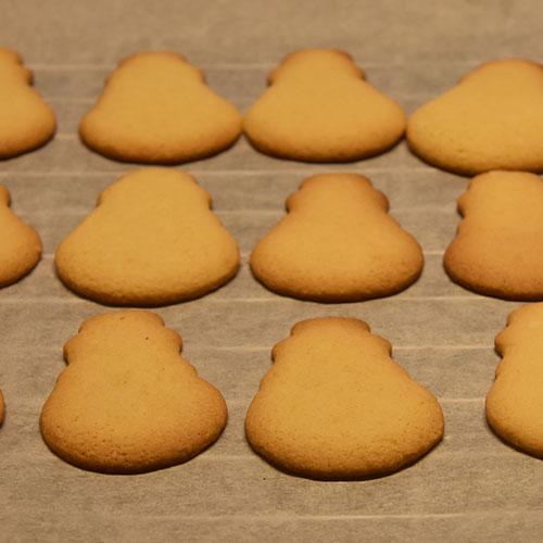 """Snømennkjeks, kjeksene er bakt med samme oppskrift som Glasurpletter i Baker Brun (2018) """"Våre beste oppskrifter. 125 år med tradisjonsbakst"""". (Side 66-67). (gjengitt med tillatelse fra Baker Brun) Ingredienser 800 g Hvetemel 400 g Smør 400 g Melis 4 Egg 4 ts Vaniljesukker 4 ts Bakepulver Melis, konditorfarge, nonstop, og skittels"""