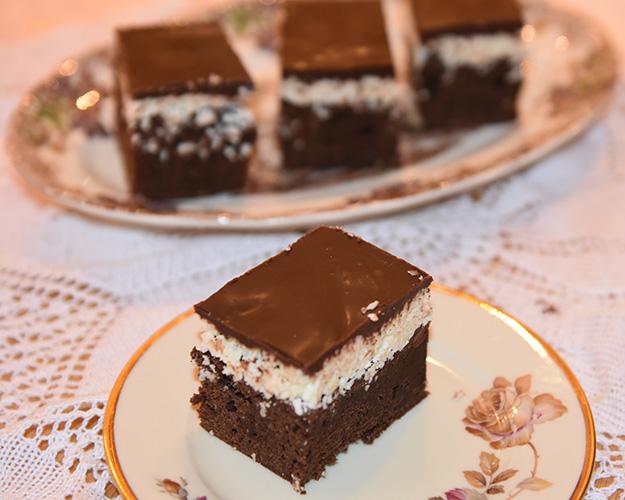 Brownies med kokos- og sjokoladetopping  Ingredienser:  160 gHvetemel 5 ssKakao  225 gSmør 2 tsKaffepulver 120 gBrunsukker 200 gSukker (hvitt) 5 Egg 2 tsVaniljesukker   Kokostopping:  180 gKondensertmelk (søt) 1 tsVaniljesukker  ¼ tsSalt 400 gKokos 220 gMelis  Sjokoladetopping: 220 gSjokolade (mørk) 1 tsSirup (hvit) eller glukose 115 gSmør