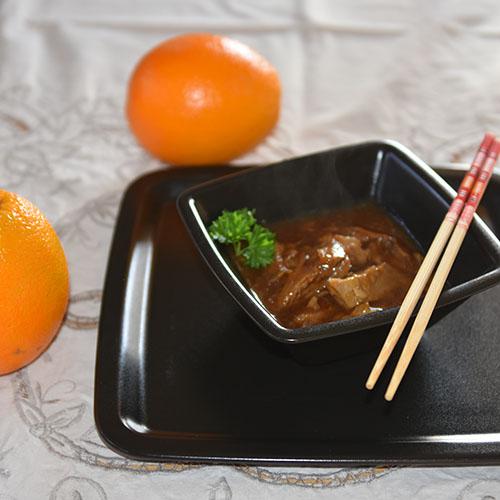 Appelsinsaus til stekt and Ingredienser: 4 dl Vann 1 Appelsin (saft og skall) 1 dl Limesaft (presset) 1 dl Eddik (eplesider 7%) 3 ss Soyasaus ½ ts Ingefær (malt eller fersk, finhakket) 1 Sjalottløk ¼ Chili (finhakket) 3 ss Maisenna 2 ss Vann