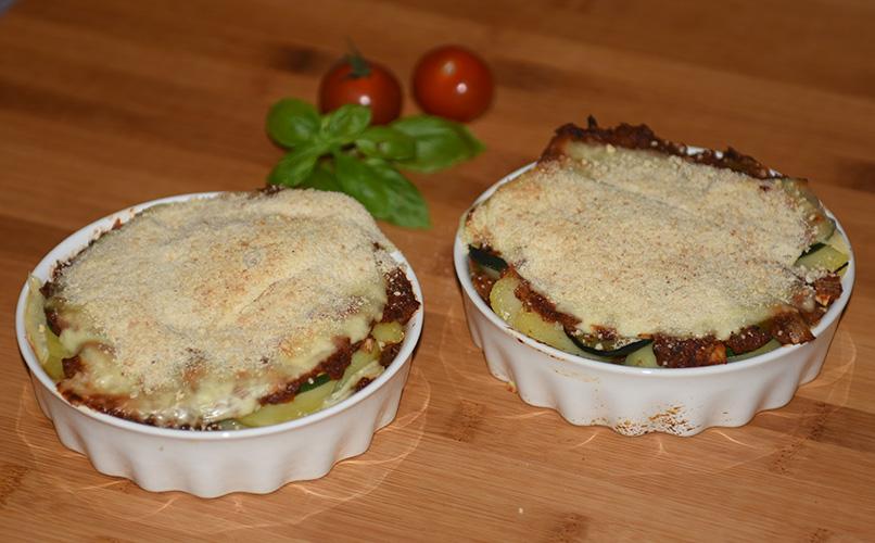 Squash – og tomatpai  Ingredienser:  4 Poteter  1Squash  1Løk  1 Paprika (grønn) ¼ Purre (ca. 50 g) 1 feddHvitløk 1 tsSpisskumen 1 tsPaprikapuver  2 ssBasilikum (hakket) 1 tsPersile (hakket) 1 bxTomater (hermetiske) 1 Mozzarella Salt og pepper 60 gStrøbrød 2 ssParmesan 4Terteformer (små, med løs bunn) Eller noe annet å steke dem i
