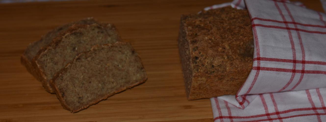 Hverdagsbrød – brød til matpakken Ingredienser: 1 pk Gjær 8 dl Vann (finger varmt) 4 ss Olje (oliven eller nøytral) 300 g Sammalt hvete (grov) 300 g Hvetemel 200 g Sammalt Rug (grov) 200 g Havregryn 5 ss Solsikkekjerner 5 ss Sesamfrø 2 ts Salt