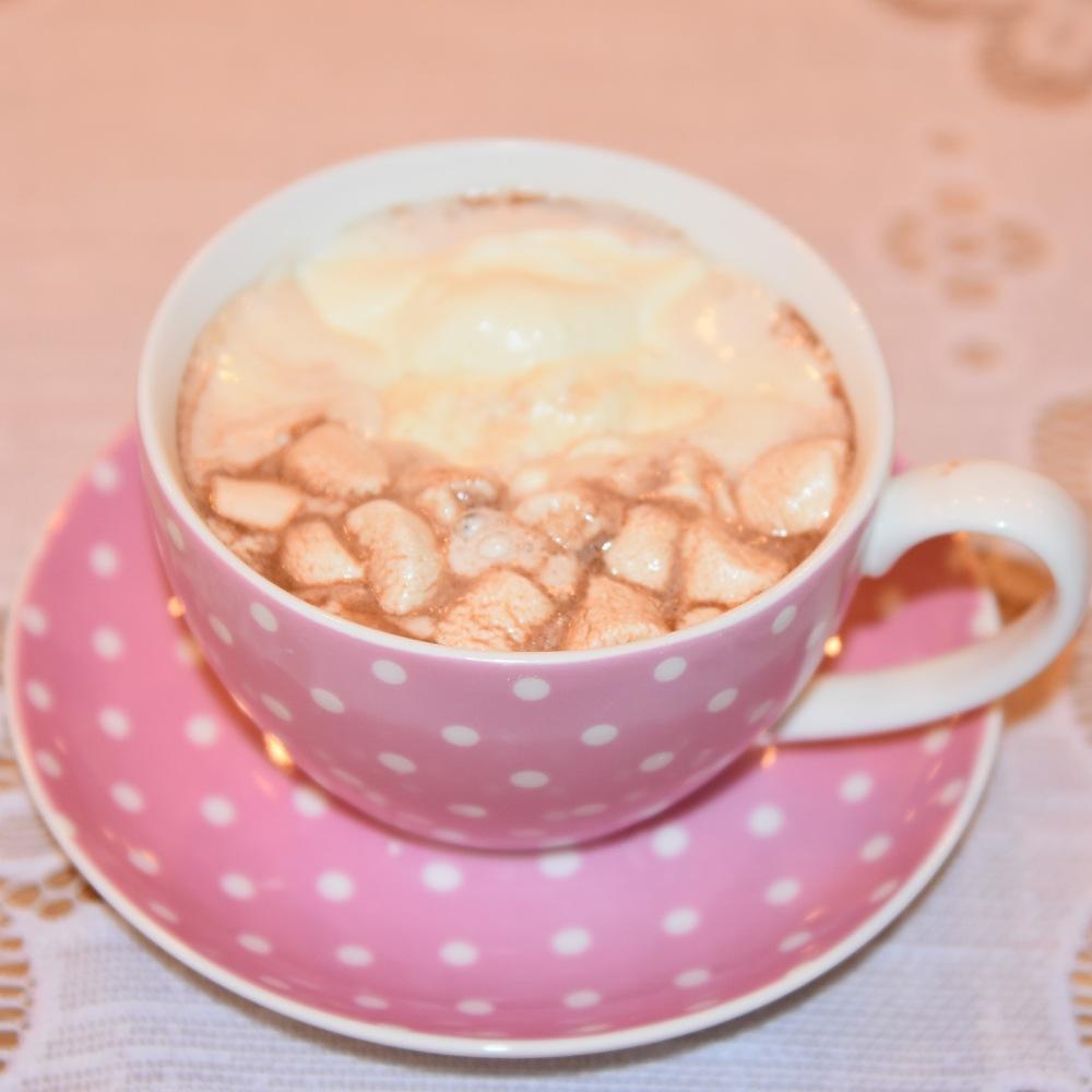 Kakao med krem Ingredienser: ½ dl Vann 1 ss Kakaopulver 2 ss Sukker 5 dl Melk 1 – 2 dl Kremfløte ½ - 1 ts Sukker 4 Marshmallows