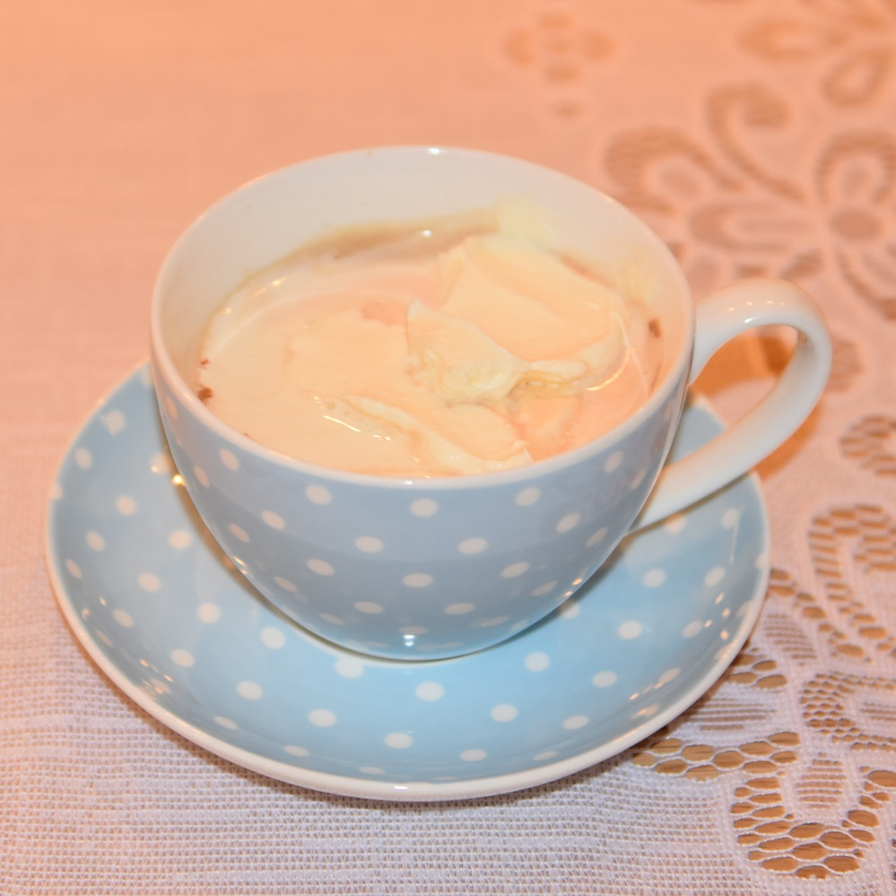 Kakao med krem  Ingredienser:  ½ dlVann 1 ssKakaopulver 2 ssSukker 5 dl Melk 1 – 2 dlKremfløte ½ - 1 tsSukker