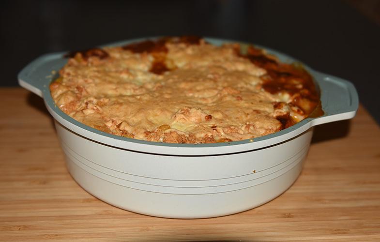 Mexicansk inspirert pai, med bønner, paprika og mais Ingredienser: 2 ss Margarin 2 fedd Hvitløk 1 Rødløk 2 stilker Stangselleri 2 Paprikaer (rød og gul) 1 ts Paprikapulver 1 ts Koriander ¼- ½ ts Kajennepepper Ca. 250 g Bønner (kokte) eller en boks hermetiske 225 g Mais (avrente) 1 bx Tomater (hermetiske, knuste) Salt, Pepper Maislokk: 125 g Maismel 1 ss Hvetemel 2 ts Bakepulver ½ ts Salt 1 Egg (pisket) 6 ss Melk 1 ss Olje (nøytral) 125 g Ost (revet)