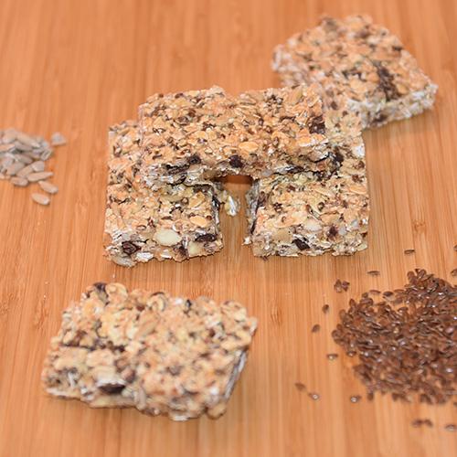 Ingredienser: 50 g Mandler (grov hakket) 50 g Valnøtter (grov hakket) 50 g Kokos 50 g Solsikkekjerner 50 g Linfrø 75 g Sjokolade (mørk, 70%) 150 g Havregryn 1 bx Kondensert melk (ca. 400 g)