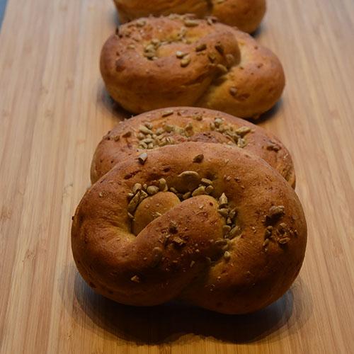 Små ostekringler Ingredienser: ½ pk Gjær 4 dl Vann (fingervarmt) 1 ss Olje (nøytral 2 ts Sukker ½ ts Salt 3 dl Ost (revet, hvit) 1 Egg 4 dl Sammalt hvete (fin) Ca. 6 dl Hvetemel