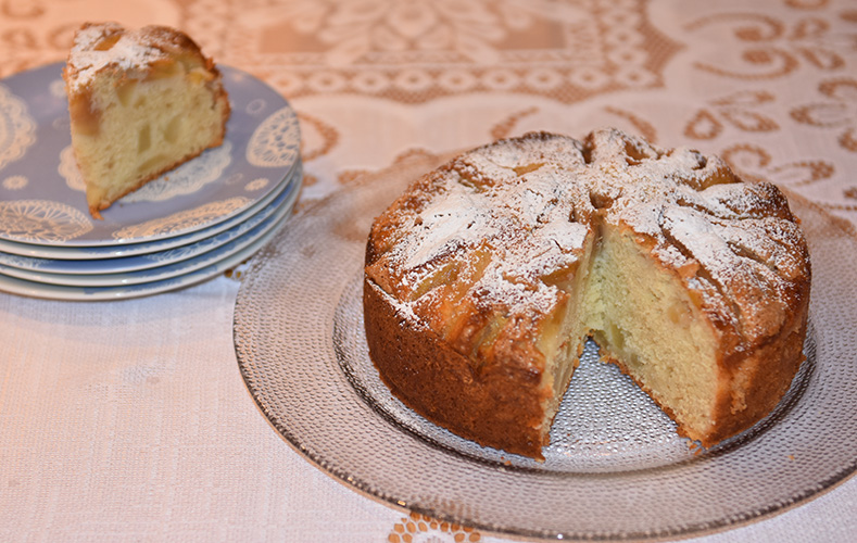 Italiensk pærekake (Torta di pere) Ingredienser: 3 Egg 1 ½ dl Sukker 250 g Ricotta 3 ½ dl Hvetemel ½ dl Maisenna 2 ½ ts Bakepulver 2 ½ ss Olje (oliven) ¼ ts Salt 4 Pærer (faste, men modne)