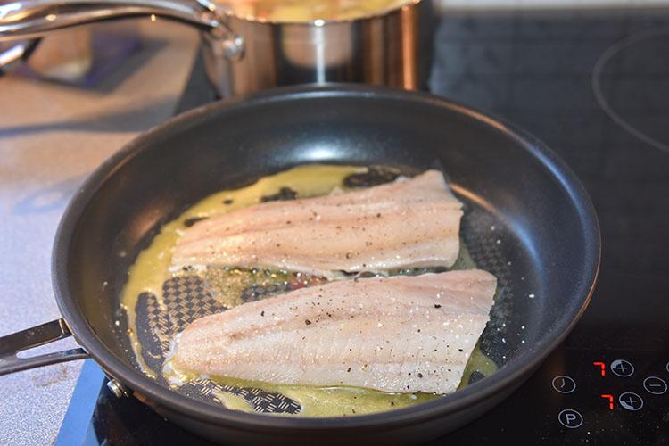 Smørstekt sei med potet-, pastinakk- og gulrotmos Ingredienser: 10 Poteter (små/middels) 2 Gulrøtter 2 Pastinakker ½ dl Melk Salt, pepper