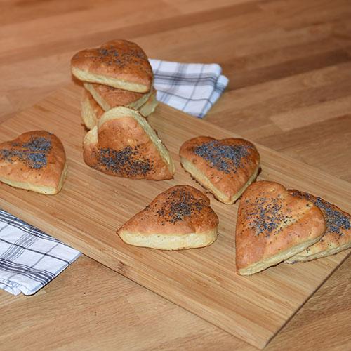 Hjerterundstykker Ingredienser: 25 g Gjær 2 ½ dl Melk 50 g Smør (smeltet) 1 ts Salt 1 ss Sirup 1 dl Havregryn Ca. 6 dl Hvetemel