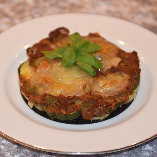 Squash – og tomatpai Ingredienser: 4 Poteter 1 Squash 1 Løk 1 Paprika (grønn) ¼ Purre (ca. 50 g) 1 fedd Hvitløk 1 ts Spisskumen 1 ts Paprikapuver 2 ss Basilikum (hakket) 1 ts Persile (hakket) 1 bx Tomater (hermetiske) 1 Mozzarella Salt og pepper 60 g Strøbrød 2 ss Parmesan 4 Terteformer (små, med løs bunn) Eller noe annet å steke dem i