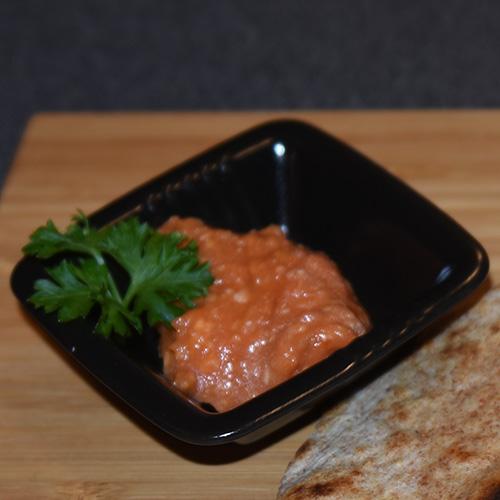 Tomat chutney Ingredienser: 700 g Tomater (delt i to) 2 ss Olje (nøytral) 1-2 Chilier (hakket) 1 cm Ingefær (fersk, skrelt og raspet) 1 fedd Hvitløk (hakket) 2 ss Koriander ¼ ts Salt
