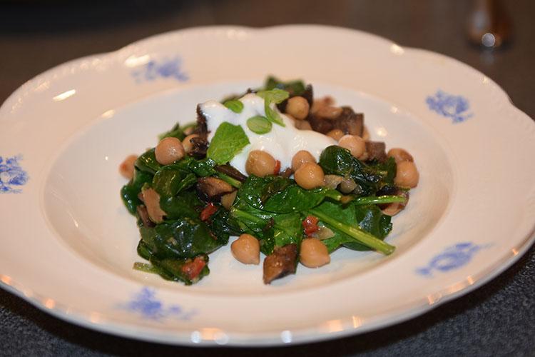 Varm kikerter- og sjampinjongsalat Ingredienser: 400 g Kikerter 3 ss Olje (oliven) 300 g Sjampinjonger (hakkete) 1 Chili (rød, uten frø) 2 fedd Hvitløk 2 ts Spisskummen ½ Lime (saft) 250 g Spinat (baby) Salt, pepper Yoghurtdressing med mynteblader 2 dl Yoghurt (naturell) 1 neve Mynteblader (hakket) ½ Lime (saft) 1 ss Olivenolje Salt, pepper