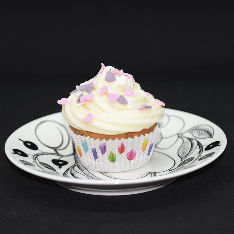Cupcakes med kakestrø (til heidisboble 1 år) Ingredienser: 150 g Smør (romtemperert) 1 dl Olje (nøytral) 5 dl Sukker 3 Egg (romtemperert) 2 Eggeplommer (romtemperert) 1 ss Vaniljeekstrakt (eller -sukker) 2 ½ ts Bakepulver 7 ½ dl Hvetemel 2 ½ dl Kefir (romtemperert) Topping og pynt: 100 g Smør 250 g Philadelphiaost (eller Mascarpone 1 ss Vaniljesukker 500 g Melis Kakestrø Lys og ballonger