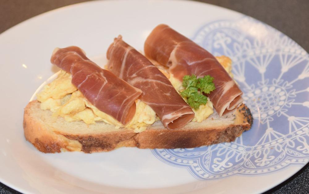 Hveteloff i dobbelflette med eggerøre og spekeskinke Eggerøre Ingredienser: ½ - 1 ss Smør 3 Egg 3 ss Melk (eller vann) 1 ss Gressløk (hakket) - valgfritt 1 ss Persille (hakket) - valgfritt Salt og pepper