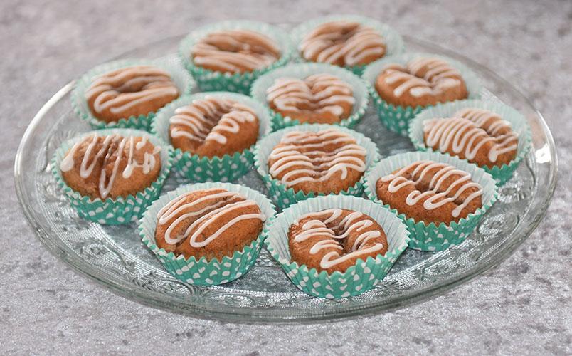 Eplemuffins med kanel - med eplemos Ingredienser: 1½ dl Sukker 100 g Smør /margarin (smeltet) 2 Egg 2½ dl Hvetemel 1 ts Bakepulver 1 ts Vaniljesukker 1 ts Kanel 1 dl Melk 1 dl Eplemos Pynt: 2-3 ss Melis 2-3 ts Vann (sitronsaft)