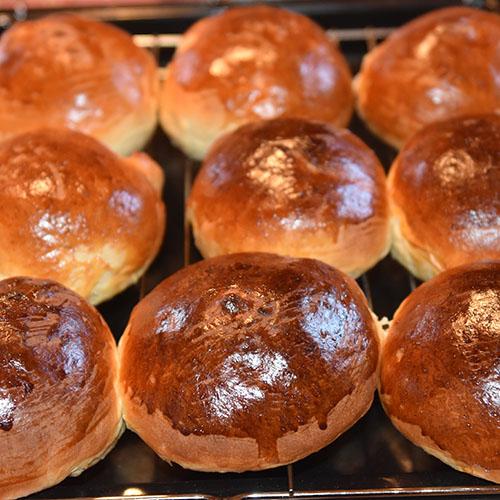 Boller Ingredienser 6 dl Melk 150 g Smør 1 pk Gjær 1 kg Hvetemel 1½ dl Sukker 1 Egg (sammenvispet) Kremfløte