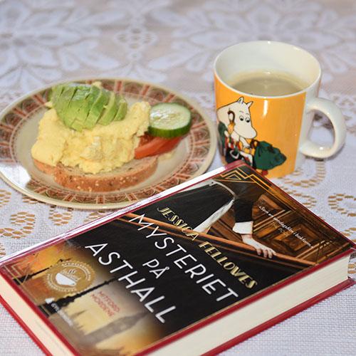 Fellowes, Jessica (2018) «Mysteriet på Asthall», Gyldendal og Eggerøre Ingredienser: ½ - 1 ss Smør 3 Egg 3 ss Melk (eller vann) 1 ss Gressløk (hakket) - valgfritt 1 ss Persille (hakket) - valgfritt Salt og pepper
