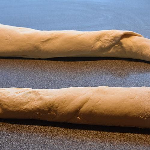 Flettet hvitløk- og basilikumbrød Ingredienser: 1 pk Gjær ½ dl Vann (fingervarmt) ½ ts Sukker 600 g Hvetemel ½ ts Salt 50 g Smør 4 dl Melk (skummet/lett) Fyll og topping: 100 g Smør (mykt) ½ bunt Basilikum (fersk) 4 fedd Hvitløk 1 Egg (sammenpisket)