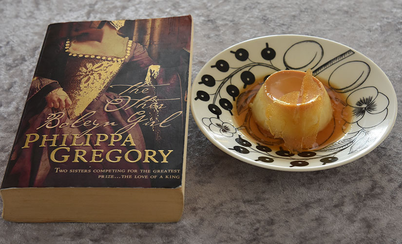 Gregory, Philippa (2001) «The other Boleyn girl», HarperCollins Publishers og Karamellpudding Ingredienser 7 ss Sukker 3 Egg ½ l H-melk 1½ ss Sukker ½ ts Vaniljesukker
