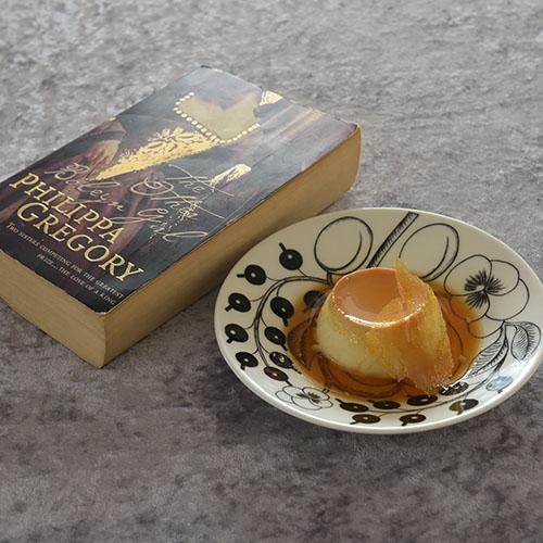 Gregory, Philippa (2001) «The other Boleyn girl», HarperCollins Publishers og Karamellpudding Ingredienser 7 ss Sukker 3 Egg ½ l H-melk 1½ ss Sukker ½ ts Vaniljesukker