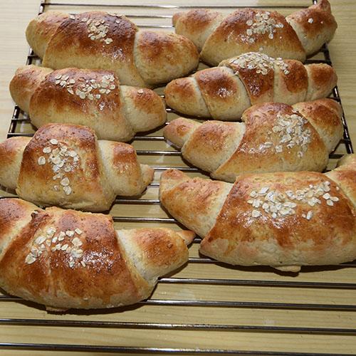 Havrehorn Ingredienser: 6 dl Melk 150 g Smør 1 pk Gjær 750 g Hvetemel 250 g Havremel 1½ dl Sukker 1 Egg Havregryn