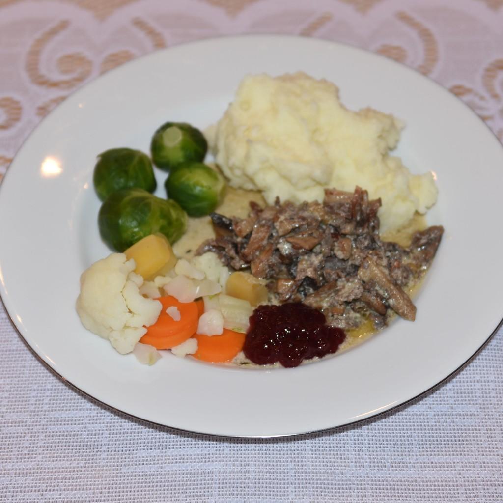Finnbiff Ingredienser: 200 g Bacon 300 g Sjampinjong (eller annen sopp) 4 ss Smør 400 g Reinsdyrskav 1 dl Vann 1 bx Rømme (3 dl) 3 skiver Brun ost Salt og pepper