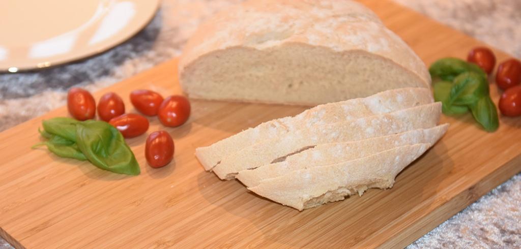 Italiensk Landbrød Ingredienser: Surdeig: 2 dl Melk 2 ts Honning 7 g Gjær (1 ts tørrgjær) 125 g Hvetemel Deig: 7 g Gjær (1 ts tørrgjær) 2 ½ dl Vann 2 ½ ts Salt Ca. 500 g Hvetemel