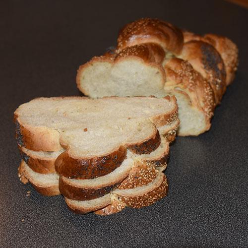 Hvetebrød i dobbel flette Ingredienser: 1 ts Salt 2 ss Olje 5 dl Vann (fingervarmt) 1 pk Gjær 2 Egg 1 ss Sukker Ca. 13 dl Hvetemel Egg (pisket), valmuefrø