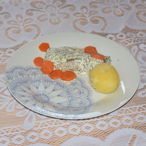 Ovnsstekt sei i dill- og sitronsaus Ingredienser: 900 g Poteter 600 g Seifilet (frosset) Salt og pepper 3 dl Rømme 1 terning Fiskebuljong 1 dl Vann 1 krukke Dill 1 Sitron gulerøtter og pastinakk