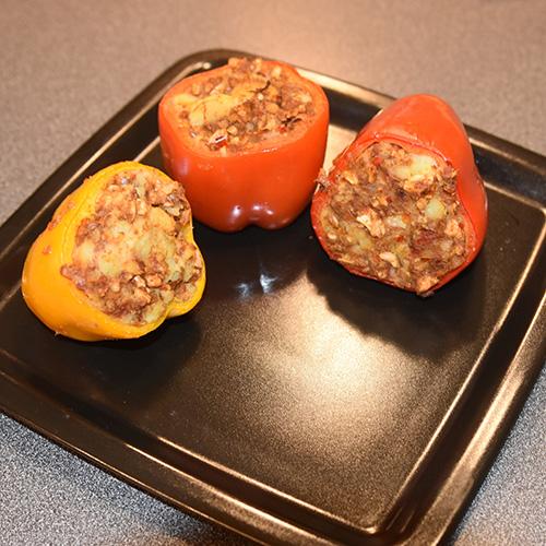 Paprika fylt med potet og indiske krydder Ingredienser: 325 g Poteter (4 middels store) 5 ss Olje (oliven) ½ ts Sennepsfrø ½ ts Spiskummen ½ Løk (hakket) 1 Chili (hakket) ½ ts Gurkemeie ½ ts Paprikapulver 1 ts Garam masala 75 g Cashew nøtter (hakket) 2 ts Koriander 1 ss Sitronsaft 4 Paprika Salt, pepper