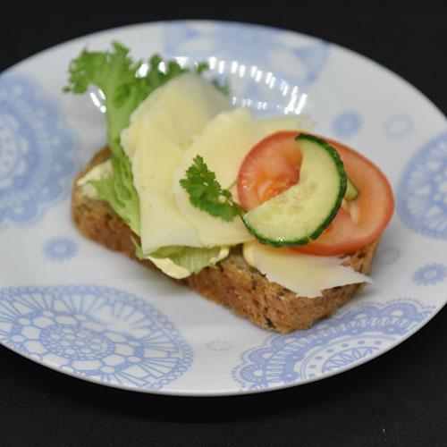 Linfrøbrød med gulrot Ingredienser: 1 ss Linfrø (ca. 25 g) 4 dl Vann ½ pk Gjær 250 g Sammalthvete (grov) 250 g Hvetemel 2 ss Havregryn (ca. 25 g) 1 Gulrot (middelsstor) 1 ts Salt 1 dl Kefir