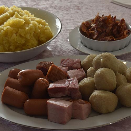 Potetball Ingredienser: 1 kg Poteter (hvorav 250 g kokte) 1 ts Salt 100 g Byggmel (opptil 125 g til passe konsistens) 40 g Hvetemel 1,5 l Kokende kraft eller vann tilsatt 3 buljongterninger