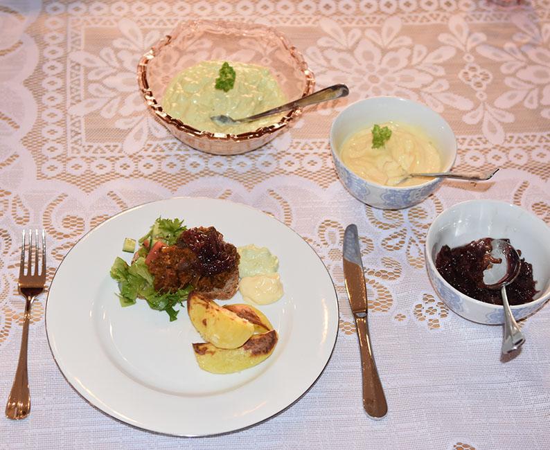 Svingod pulled pork Ingredienser: 400 - 600 g Svinekjøtt (i biter) 1 Løk (hakket) 1 Gulrot (hakket) 1 stilk Selleri (hakket) ¼ Purre (gjerne den grønne biten) 2 ½ dl Vann 1 ss Eddik (eplcider) 3 ss Ketchup 1 dl vann 2 ts Sirup (mørk) 2 ts Brunt sukker ½ ts sennepspulver 1 ts Paprikapulver (helst røkt) 2 dråper Worcestershire sauce 2 dråper Tabasco Salt og pepper