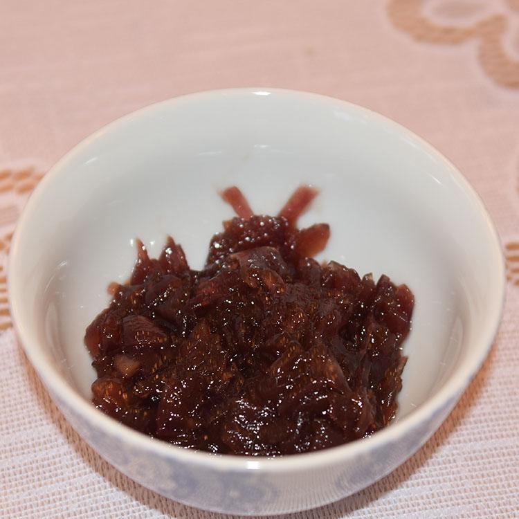 Rødløksmarmelade Ingredienser: 2 Rødløk 2 ss Olje (oliven) 2 ss Smør 5 ss Sukker ½ dl Eplesidereddik Salt, pepper