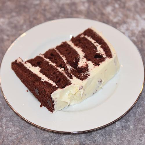 Rød sjokoladekake Ingredienser: 450 g Hvetemel (7 ½ dl) 400 g Sukker (5 dl) 4 ss Maisenna (70 g) 4-5 ss Kakao (70 g) 1 ss Natron 1 ts Bakepulver 4 Egg 3 dl Rømme 3 ½ dl Vann (varmt) 1 dl Olje (nøytral) 1 ts Vaniljeekstrakt 1 ts Eddik (eplesider) 2 ss Konditorfarge (rød) Fyll og topping: 500 g Kremost (Philadelphia) 225 g Smør 600 g Melis 1 ts Vaniljeekstrakt