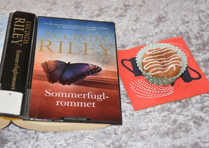 Riley, Lucinda (2019) «Sommerfuglrommet», Cappelen DAMM og Eplemuffins med kanel - med eplemos Ingredienser: 1½ dl Sukker 100 g Smør /margarin (smeltet) 2 Egg 2½ dl Hvetemel 1 ts Bakepulver 1 ts Vaniljesukker 1 ts Kanel 1 dl Melk 1 dl Eplemos Pynt: 2-3 ss Melis 2-3 ts Vann (sitronsaft)