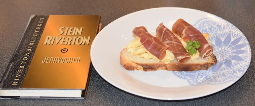 Riverton, Stein (1993) «Jernvognen», De norske bokklubbene og Hvetebrød i dobbel flette Ingredienser: 1 ts Salt 2 ss Olje 5 dl Vann (fingervarmt) 1 pk Gjær 2 Egg 1 ss Sukker Ca. 13 dl Hvetemel Egg (pisket), valmuefrø