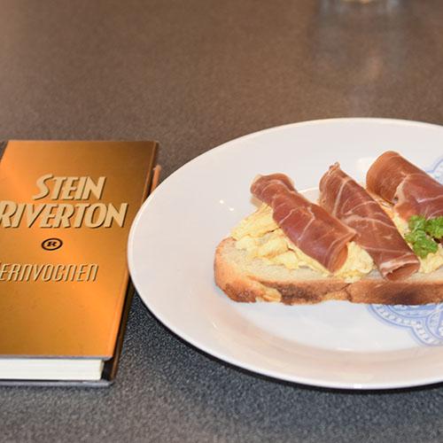 Riverton, Stein (1993) «Jernvognen», De norske bokklubbene  og   Hvetebrød i dobbel flette  Ingredienser:  1 tsSalt  2 ssOlje 5 dlVann (fingervarmt) 1 pk Gjær 2Egg  1 ssSukker Ca. 13 dlHvetemel  Egg (pisket), valmuefrø