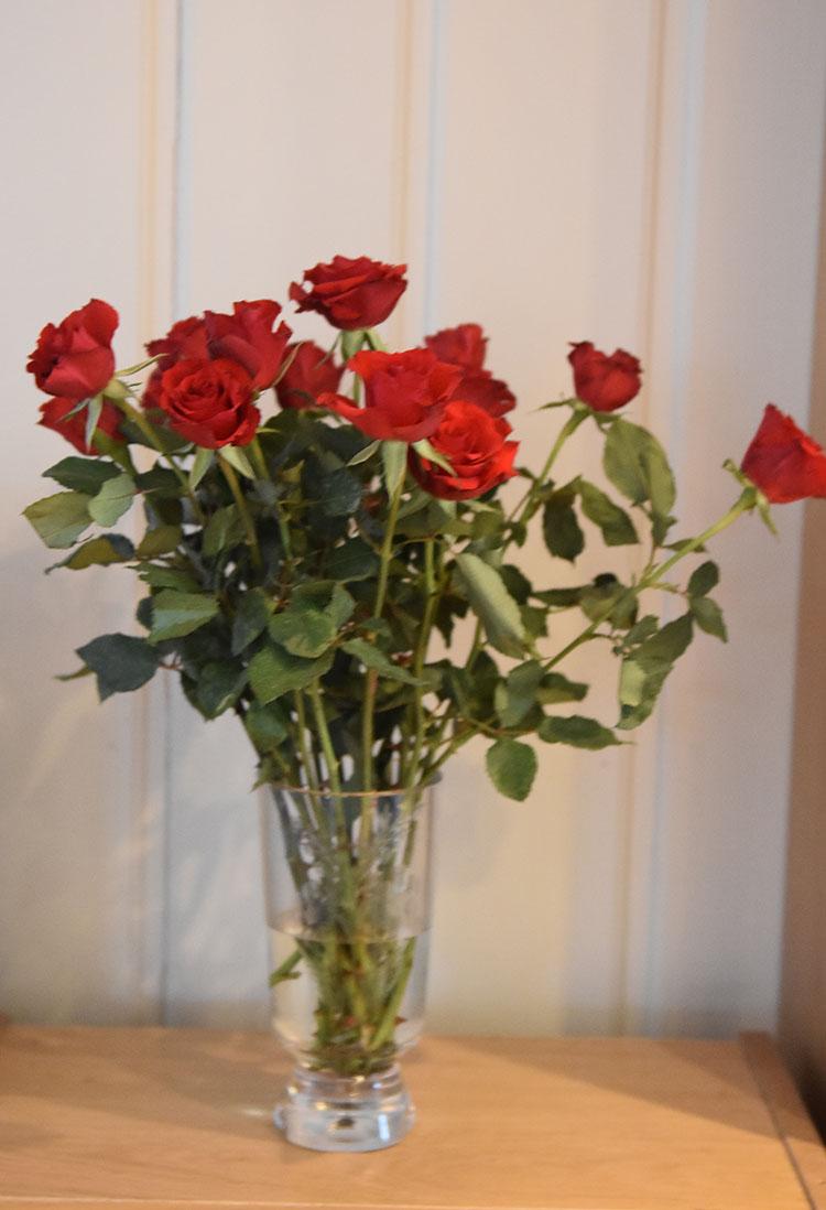 Røde roser i vase