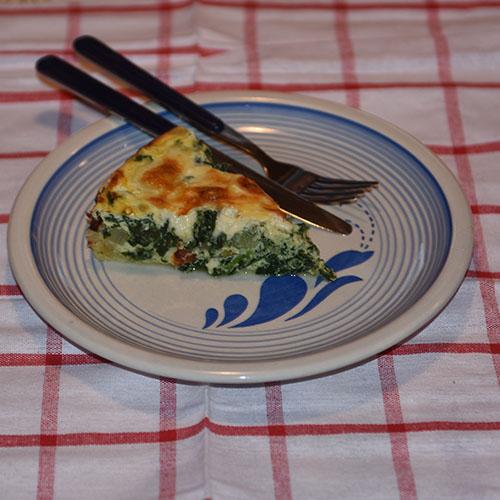 Spinatpai Ingredienser: Bunn: 3 dl Hvetemel 100 g Smør 2-4 ss Kaldt vann Fyll: 4 Egg 3 dl Melk 1 ts Salt 1 krm Pepper 1 klype Muskatnøtt (revet) - valgfritt 1 pk Spinat (frossen) 1 Løk (liten) 1 pk Mozzarella 75 g Ost (revet)